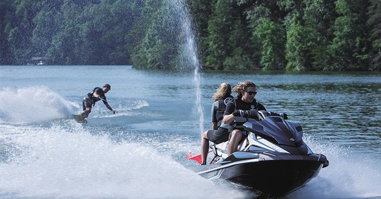 水上オートバイでトーイングを楽しむ
