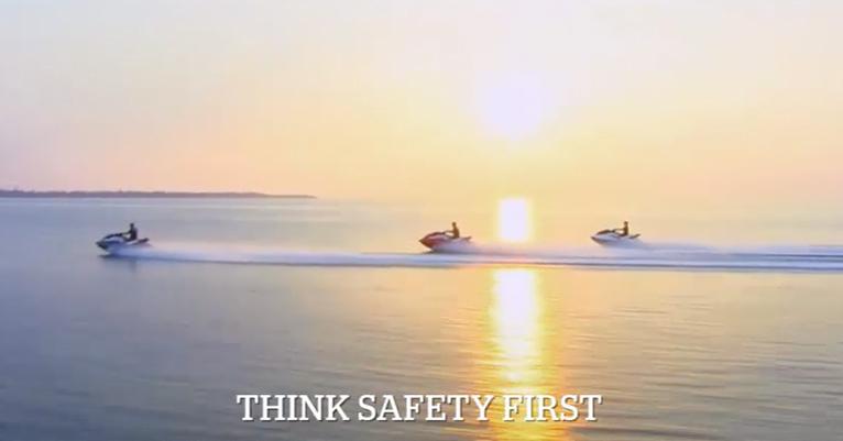 今年、特殊小型船舶操縦士免許を取得したみなさま、おめでとうございます! 9月は、7月・8月に免許を取得したみなさまが、はじめて水上オートバイを操船する機会も多いかと思います。 座学1日、実技1日で水上オートバイについてすべてを理解することは難しいです。 もう一度船長として安全に操縦するために、ぜひビデオでご覧いただき復習ください。