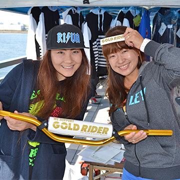 11月13日(日)に千葉県蘇我市フェスティバルウォーク蘇我にて、「第7回ジェットフェスティバル」が開催。WE SUPPORT GOLD RIDER 水上オートバイのハンドルを持って撮影 賛同者のみなさんの写真。