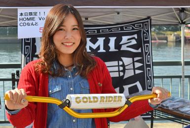 11月13日(日)に千葉県蘇我市フェスティバルウォーク蘇我にて、「第7回ジェットフェスティバル」が開催。WE SUPPORT GOLD RIDER 水上オートバイのハンドルを持って撮影 賛同者のみなさんの写真